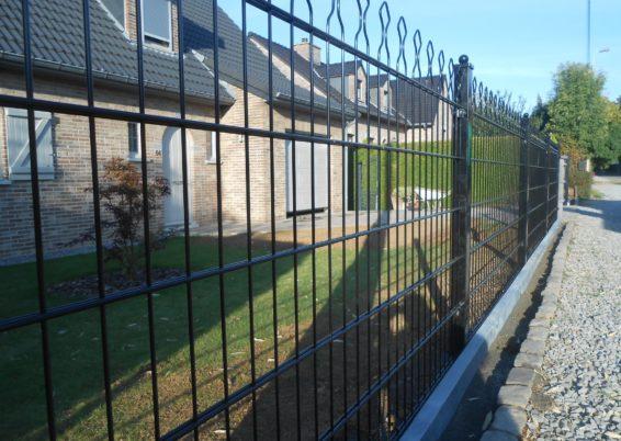 Placement d'une clôture décorative avec une bordure de finition