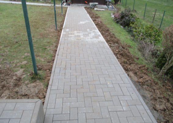 Réalisation d'une terrasse et cheminements dans un jardin