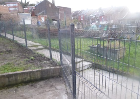 Pose d'une clôture ridige dans un jardin à Ougrée