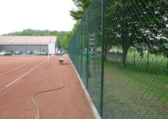 Placement de nouvelles clôtures autour de terrain de sport