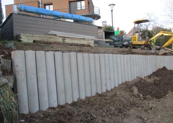 Réalisation d'une retenue de terre en palissades en béton rondes