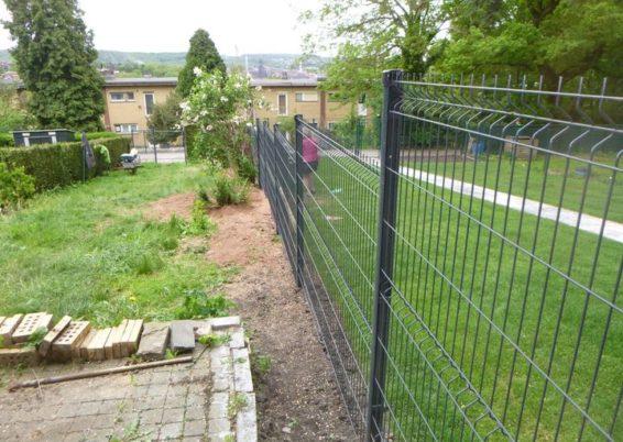 Placement d'une petite clôture rigide