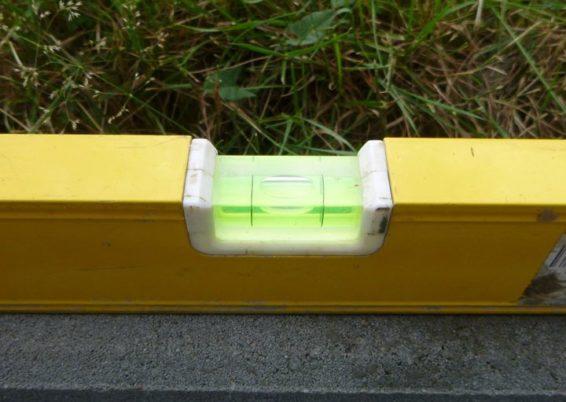 Pour limité l'écoulement des eaux et boues sur la terrasse, placement d'une bordure de finition ...