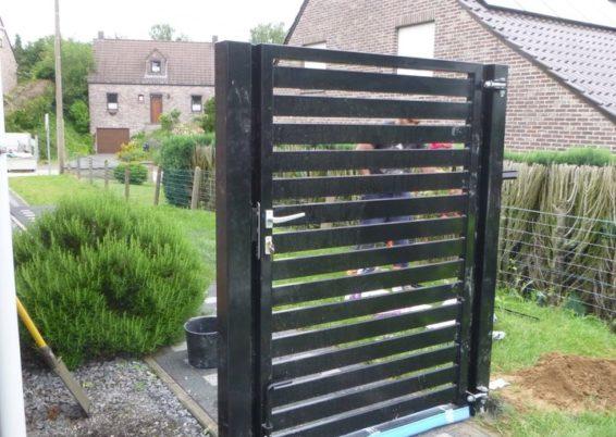 Fourniture et placement d'un petit portail réalisé sur mesure....