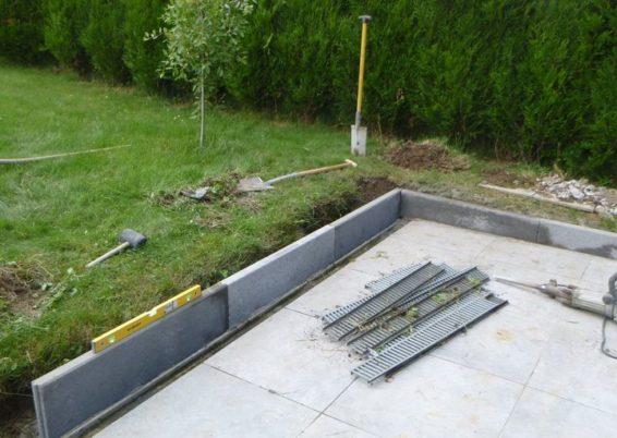Placement d'une bordure de finition autour de l'espace terrasse à Oupeye