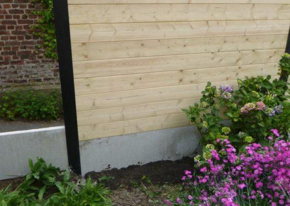 Fourniture et placement de palissades composées de piquets de métal, soubassement de béton et pla...