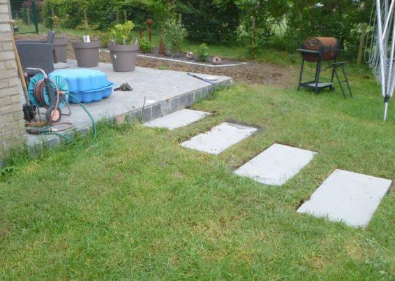 Mise en place d'un cheminement et dalles 100/50 de béton type pas Japonnais.   Une solution esthét...