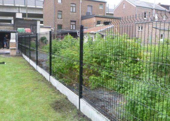 Mise en place d'une clôture en panneaux rigide dans une chape de béton armé.   Pour mieux corresp...