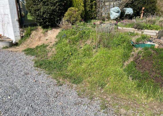 Réalisation d'une petit mur de retenue de terre en palissades béton